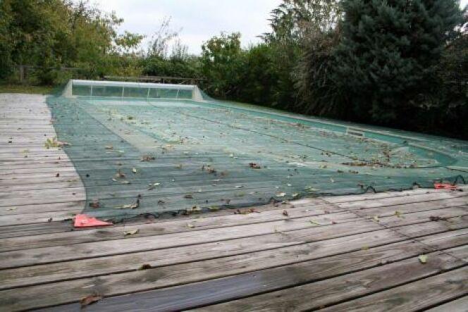 Le filet d'hivernage pour piscine vous permet de garder une eau propre et en même temps de sécuriser les abords de votre bassin.