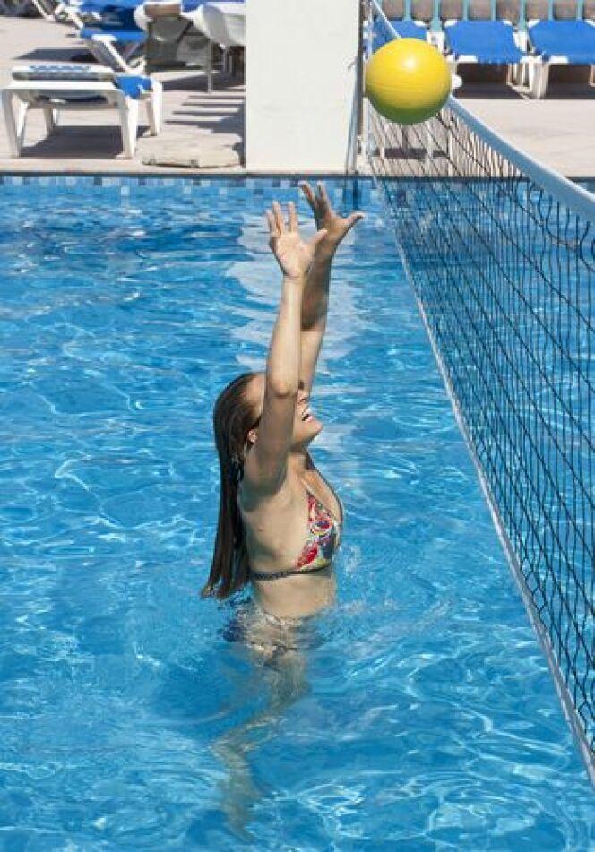 "Filet de volley pour piscine <span class=""normal italic petit"">© Brocreative.jpg</span>"