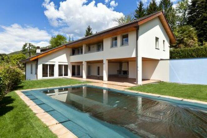 """Fixation d'une bâche de piscine<span class=""""normal italic petit"""">© alexandre zveiger - Fotolia.com</span>"""