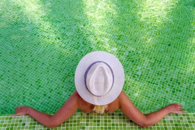 Fond de piscine glissant ou visqueux