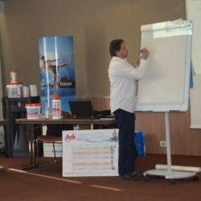 """Formation HTH 2017 sur le traitement de l'eau pour les professionnels spécialisés<span class=""""normal italic petit"""">© formation hth Bruno Gerbier - L'Annuaire de la Piscine</span>"""