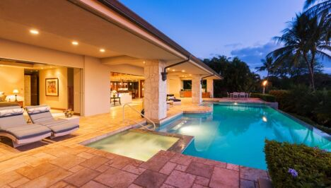 "piscine terrasse spa carrelage villa nuit éclairage <span class=""normal italic petit"">© gestion pool</span>"