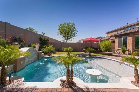 """plage de piscine béton jardin sud <span class=""""normal italic petit"""">© gestion pool</span>"""
