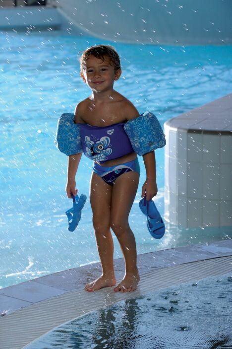 """Gilet avec brassards intégrés bleu Arena, pour nager à la piscine en toute sécurité !<span class=""""normal italic petit"""">© Arena</span>"""