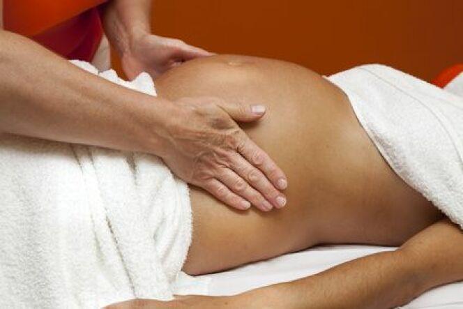 """Les soins hammam sont particulièrement agréables pour les femmes enceintes. Il faut toutefois faire attention aux effets de la chaleur.<span class=""""normal italic petit"""">© perfectmatch - Fotolia.com</span>"""