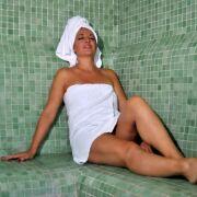 Les bienfaits du hammam pour la peau : vapeur chaude et soins gommants