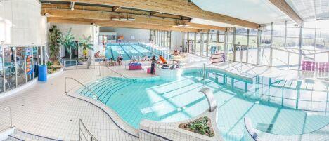 """Le centre Aquaforme Christian Barjot à Houdan est très lumineux grâce aux baies vitrées qui entourent les bassins<span class=""""normal italic petit"""">DR</span>"""