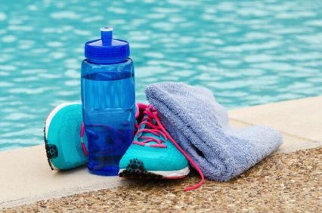 """Bien s'hydrater quand on nage est important : vous éviterez les crampes et la déshydratation. <span class=""""normal italic petit"""">© leekris - Fotolia</span>"""
