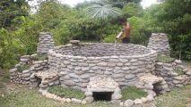 Il construit une piscine à partir de…rien
