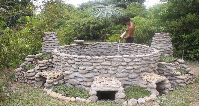 Il construit une piscine au milieu de la forêt à partir de rien