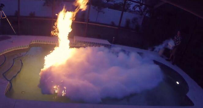 """Il met le feu à sa piscine et l'éteint avec de l'azote liquide<span class=""""normal italic petit"""">© The Backyard Scientist</span>"""