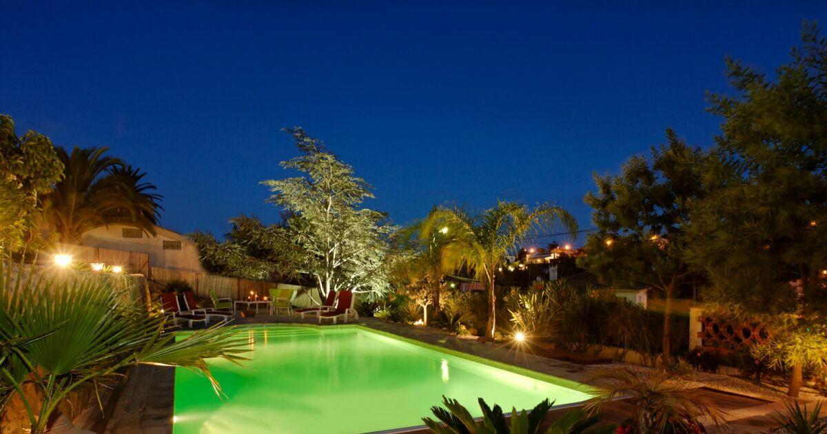 illuminer son jardin et sa piscine spots projecteurs. Black Bedroom Furniture Sets. Home Design Ideas