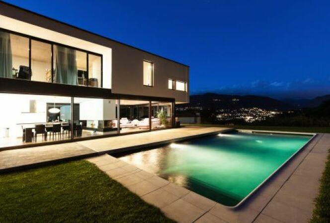 """Les projecteurs pour piscine donnent une ambiance féerique à votre bassin.<span class=""""normal italic petit"""">© piovesempre - Thinkstock</span>"""