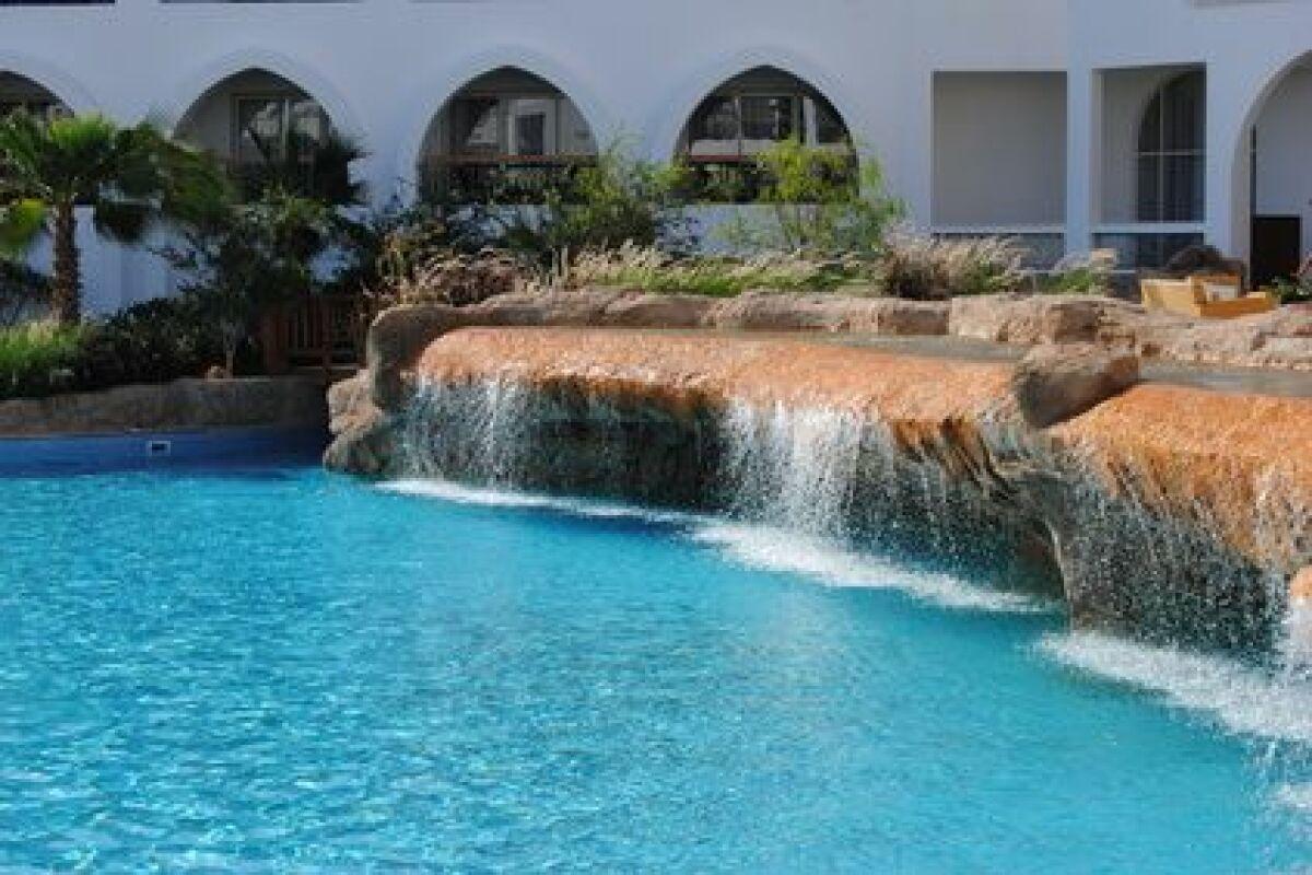 Faire Une Cascade Sans Pompe installer une fontaine cascade au bord d'une piscine - guide