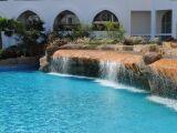 Installer une fontaine cascade au bord d'une piscine