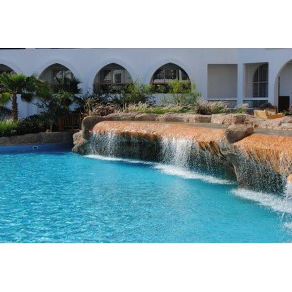 installer une fontaine cascade au bord d une piscine. Black Bedroom Furniture Sets. Home Design Ideas