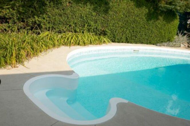 J'ai du sable au fond de ma piscine : d'où vient-il et comment s'en débarrasser ?