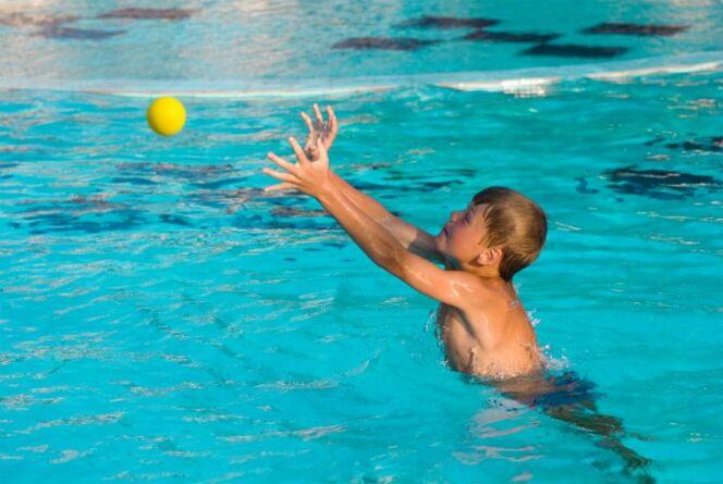 """Des jeux dans sa piscine : bien plus amusant !<span class=""""normal italic petit"""">© iStock - Thinkstock</span>"""