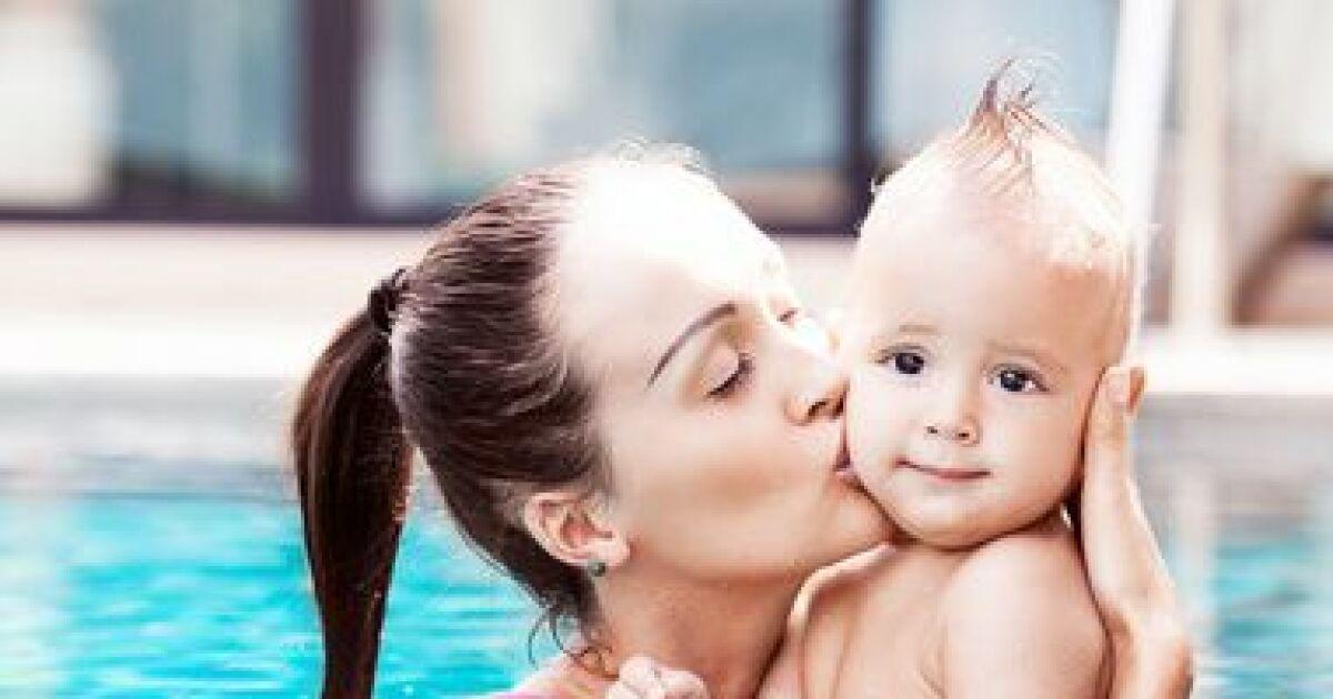 Jouer avec b b dans votre piscine l 39 veil du b b dans for Video bebe a la piscine
