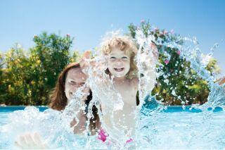 Jouer dans sa piscine : les jeux et accessoires ludiques