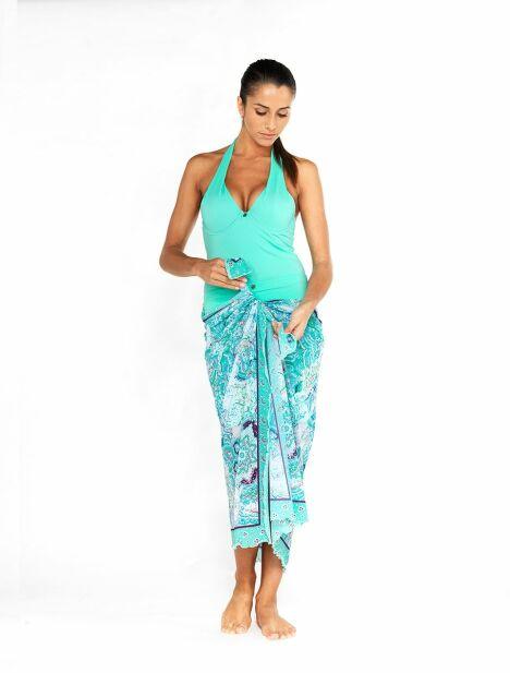"""Jupe paréo Oxygène portée en jupe longue avec le maillot de bain 1 pièce<span class=""""normal italic petit"""">© Tamana France</span>"""