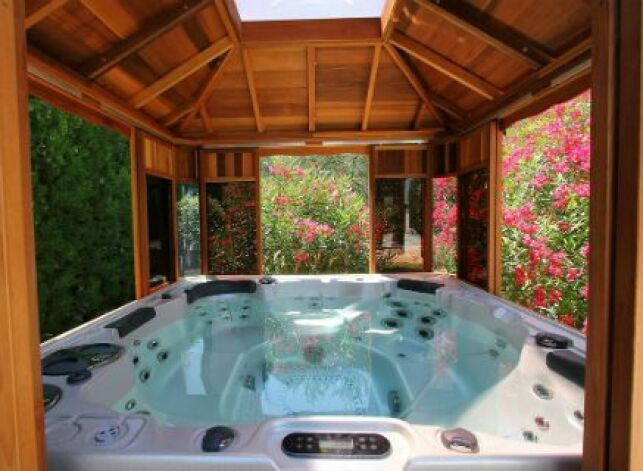 L'abri de jacuzzi est une installation en bois, en métal ou en verre qui permet de protéger votre bain à bulle extérieur des intempéries.