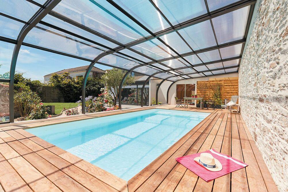 L'abri de piscine adossé à la maison© Abri Piscine Gustave Rideau - Photo : Lamoureux.