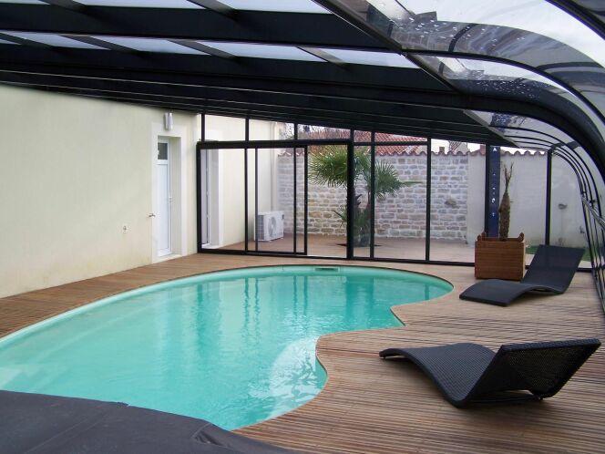 """L'abri de piscine adossé à la maison<span class=""""normal italic petit"""">© Abris Atrium</span>"""