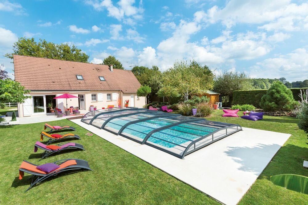 L'abri de piscine bas : discret et esthétique© Abri Piscine Gustave Rideau - Photo : AXXESS