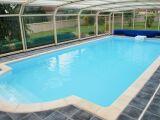 L'Abri de piscine haut fixe : une véritable pièce à vivre pour votre piscine