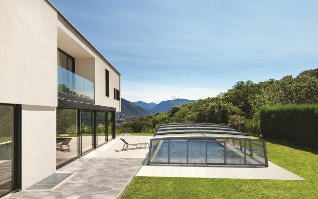 L'abri de piscine mi-haut R-Design : discret et esthétique !