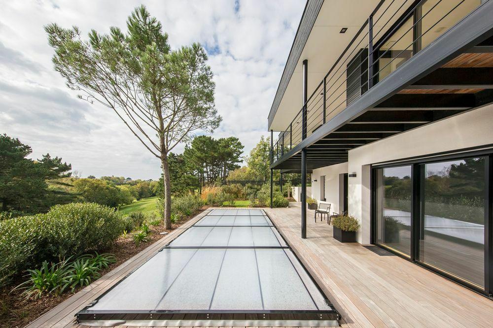 L'abri de piscine idéal est discret, pratique et sécurisé.© Abrisud.