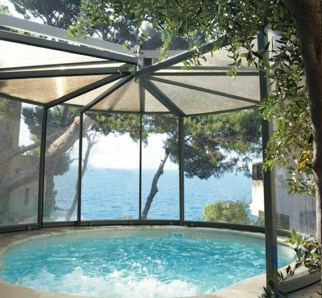 "L'abri de piscine panoramique<span class=""normal italic petit"">© Abrisud</span>"