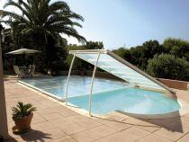 L'abri de piscine plat : pratique et original