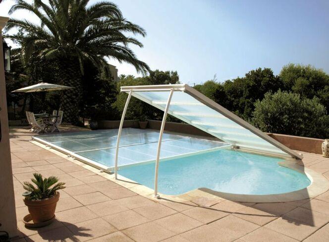 """L'abri de piscine plat est pratique à utiliser et à installer.<span class=""""normal italic petit"""">© Abrisud</span>"""