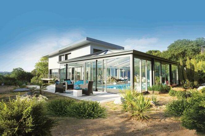 """L'abri de piscine Serenity, pour profiter d'une piscine couverte toute l'année<span class=""""normal italic petit"""">© Abris de piscine Rideau</span>"""
