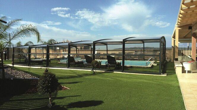L'abri résidentiel haut R-Design : un espace de vie autour de votre piscine !