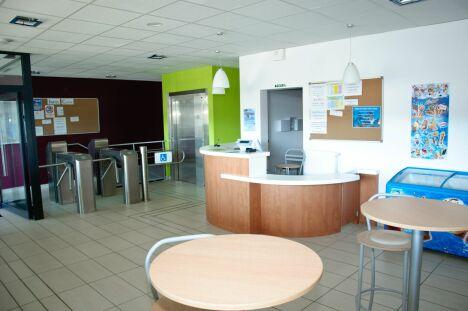 """L'accueil du centre aquatique à Egletons<span class=""""normal italic petit"""">© Centre aqua récréatif d'Egletons</span>"""