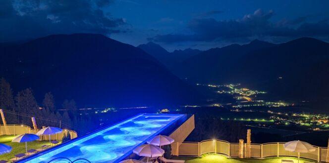L'ambiance nocturne de cette piscine au coeur du Tyrol