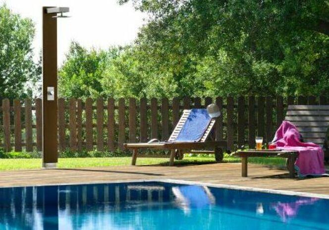 une douche d 39 ext rieur en bois. Black Bedroom Furniture Sets. Home Design Ideas