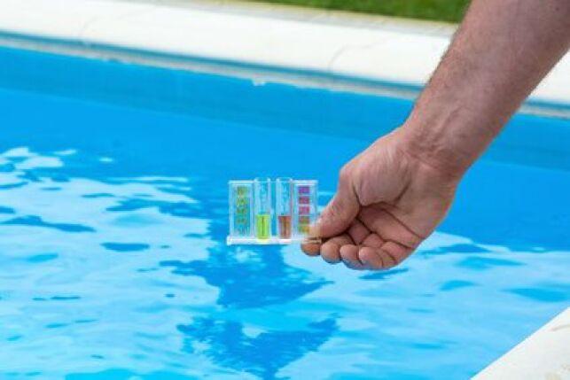 L'analyse de l'eau d'une piscine au chlore