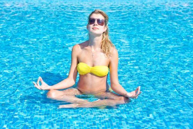 """L'aqua-yoga : un sport aquatique zen<span class=""""normal italic petit"""">© shutterstock</span>"""