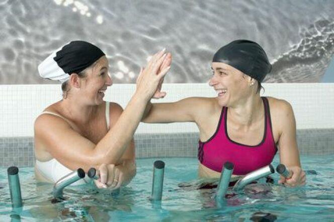 L'aquabiking peut être un sport traumatisant pour les seins des femmes.