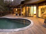 L'éclairage d'une piscine en bois