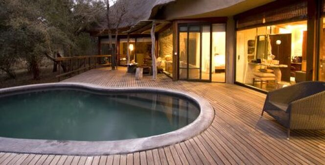 """L'éclairage d'une piscine en bois permet de mettre en valeur cette belle piscine.<span class=""""normal italic petit"""">© HarmK - Fotolia.com</span>"""