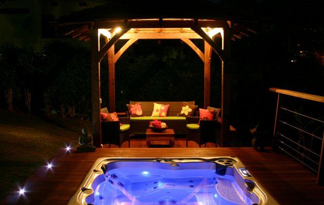L'éclairage du spa Acrylique créé des ambiances de rêve de nuit © Clair Azur Spas