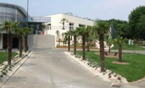 """L'entrée de la piscine d'Evron<span class=""""normal italic petit"""">DR</span>"""