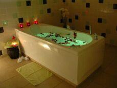 L'entretien d'une baignoire balnéo : fréquence de nettoyage et produits d'entretien