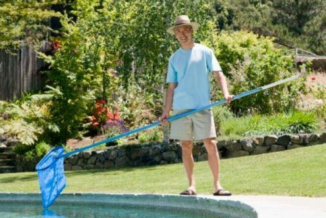 "L'entretien quotidien d'une piscine<span class=""normal italic petit"">© Jupiterimages 4 - Thinkstock</span>"