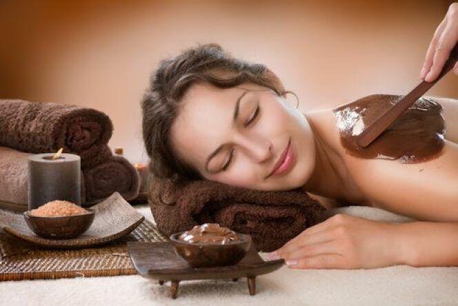 """L'enveloppement du corps au chocolat est un soin gourmand grâce aux odeurs de cacao dégagées par la pâte qui vous recouvre.<span class=""""normal italic petit"""">© Subbotina Anna - Shutterstock.com</span>"""